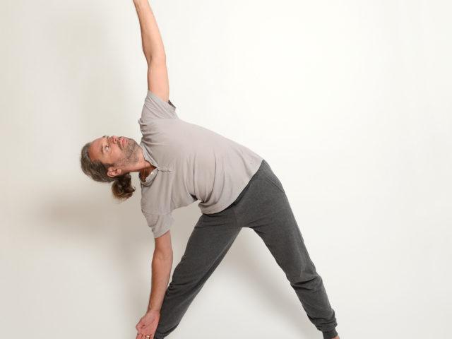03 Dreieckshaltung-Rechts-Trikonasana-Yoga-im-Raum
