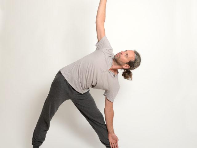 04 Dreieckshaltung-Links-Trikonasana-Yoga-im-Raum