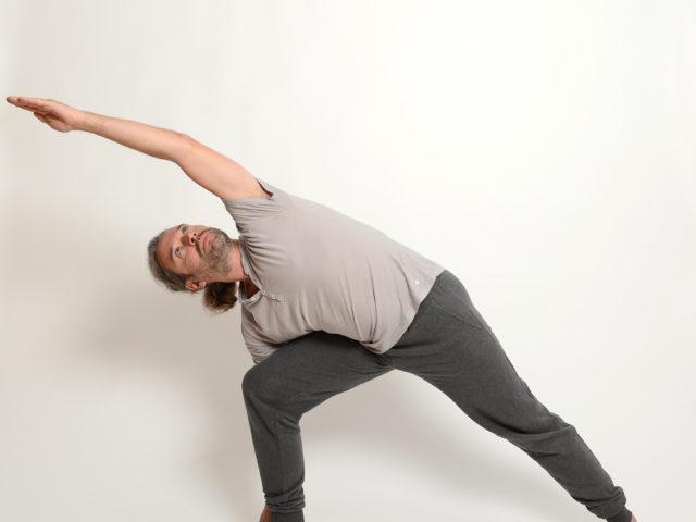 05 gestreckte-seitliche-Winkelhaltung-Rechts-Utthita-Parsvakonasana-Yoga-im-Raum