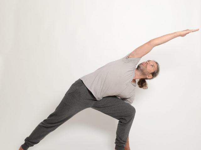06 gestreckte-seitliche-Winkelhaltung-Links-Utthita-Parsvakonasana-Yoga-im-Raum
