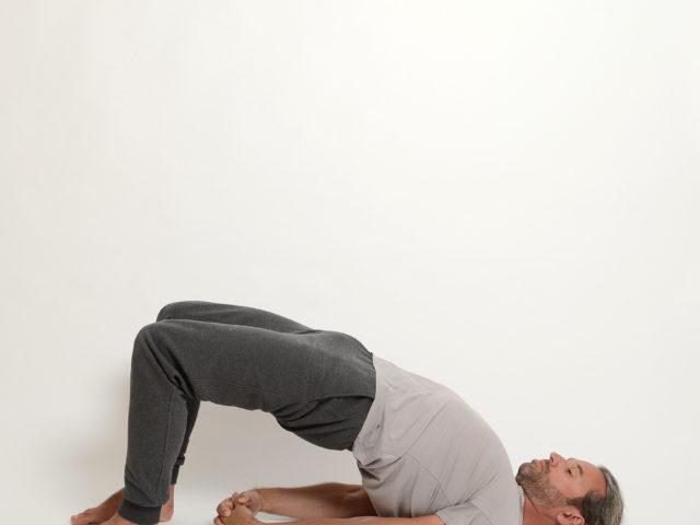 07 Schulterbrücke-geschlossene-Arme-Kandarasana-Yoga-Holzwickede