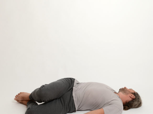 09 Drehung-in-Rückenlage-Links-supta-vakrasana-Yoga-Holzwickede