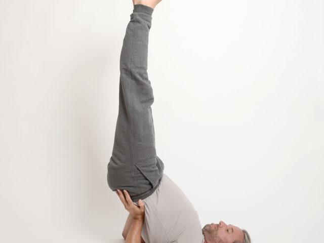 09 Halber-Schulterstand-Viparitakarani-yoga-im-Raum