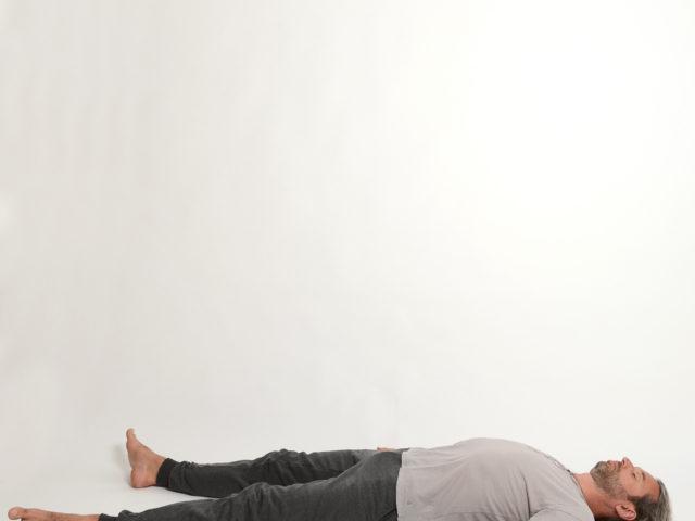 10 Tiefenentspannung-Totenstellung-savasana-Yoga-im-Raum