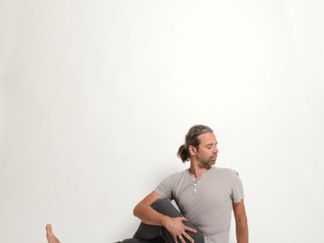 14 Vakrasana-Drehsitz-links-Yoga-Unna-Kamen